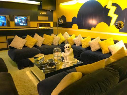 Das-pompöse-Fernsehzimmer