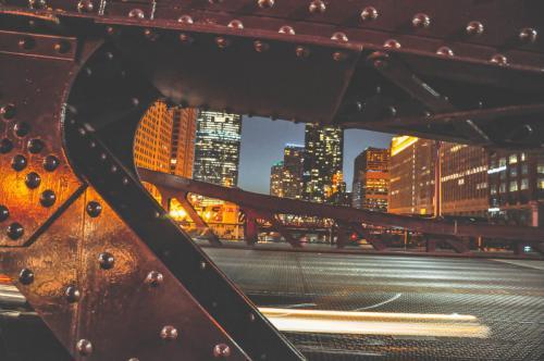 Die-rote-Stahlbrücke-bei-Nacht-Chicago