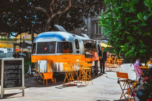 Ein hübsches Straßencafe in Monaco