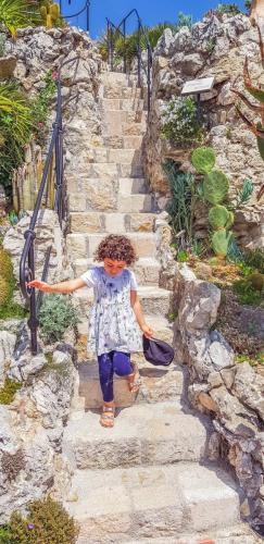 Töchterchen-auf-den-Stufen-des-exotischen-Gartens-in-Eze-1