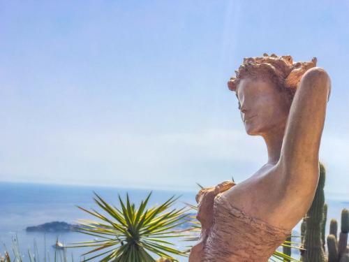 Wunderschöne-Statuen-im-Garten-des-Eze