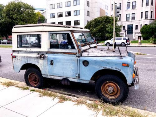 ein cooler rostiger Jeep